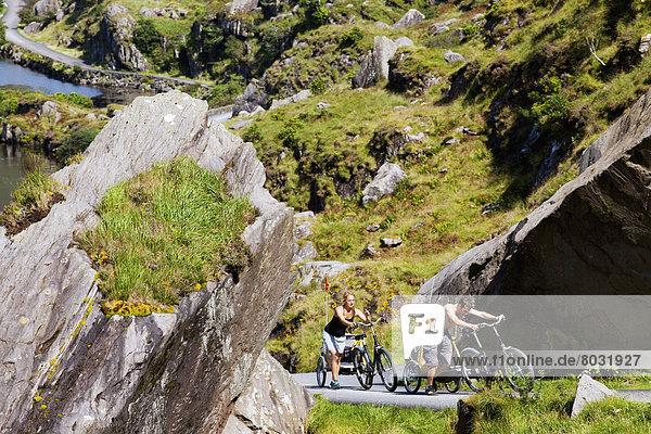 hoch oben Biegung Biegungen Kurve Kurven gewölbt Bogen gebogen Felsen fahren Fahrradfahrer Fernverkehrsstraße Zimmer mitfahren Weg