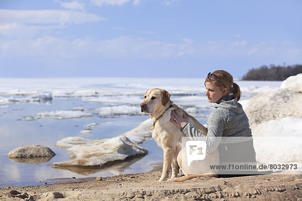 sitzend Strand schmelzen Winnipegsee Kanada Manitoba