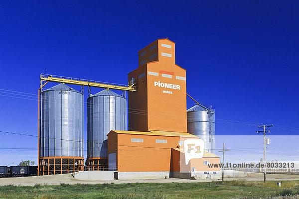 Getreide  beladen  Aufzugsanlage  Saskatchewan  Kanada  kanadisch  Prärie  Zug
