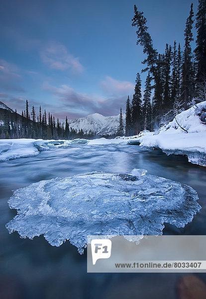Felsbrocken  bedecken  Sonnenuntergang  über  Eis  Fluss