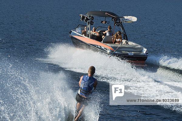 Wakeboarding  Wake boarding  hinter  Mann  See  Boot  Wakeboarding