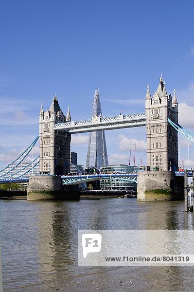 Blick auf Tower Bridge über Thames  London  Großbritannien