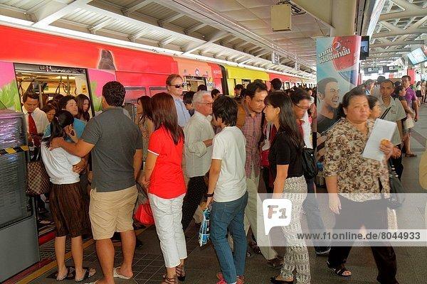 Bangkok  Hauptstadt  Frau  Mann  Plattform  Pendler  Öffentlicher Verkehr  Thailand