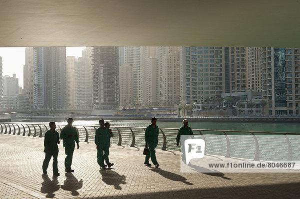 bauen  Vereinigte Arabische Emirate  VAE  gehen  arbeiten  unterhalb  Brücke  Jachthafen  Dubai