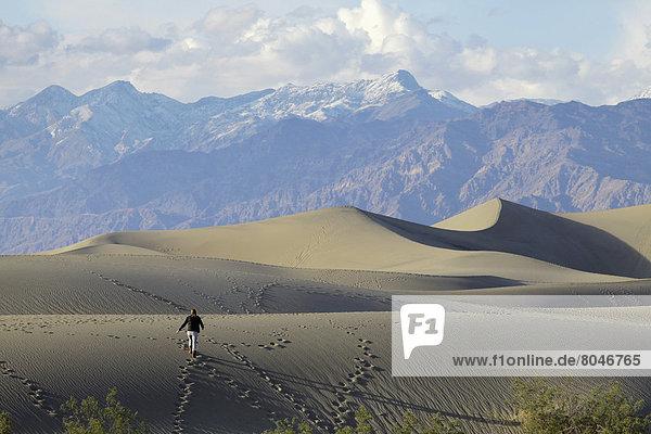 Vereinigte Staaten von Amerika  USA  Frau  Berg  Hintergrund  Sand  jung  flach  Düne  Death Valley Nationalpark  Kalifornien  trekking