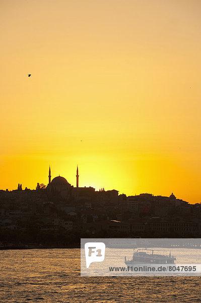 hinter überqueren Silhouette Fähre Abenddämmerung Goldenes Horn Istanbul Moschee Türkei