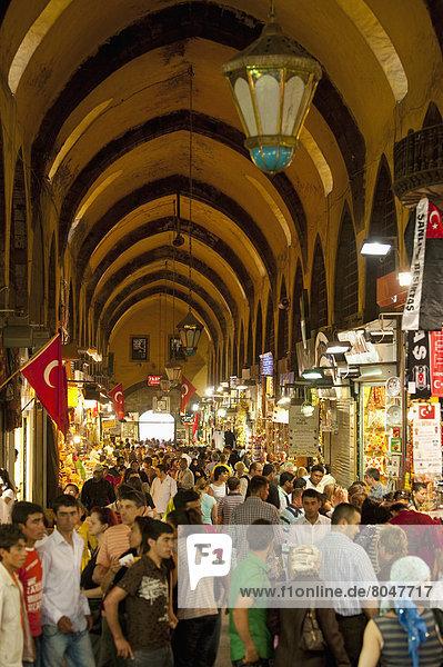 Truthuhn  Mensch  Menschen  Menschenmenge  Ägypten  Basar  Istanbul  Türkei