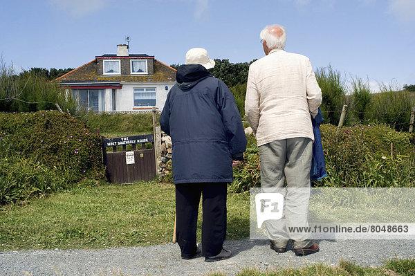 Mensch  Menschen  Großbritannien  Rückansicht  Ansicht  zeigen  Cornwall  England  Echse