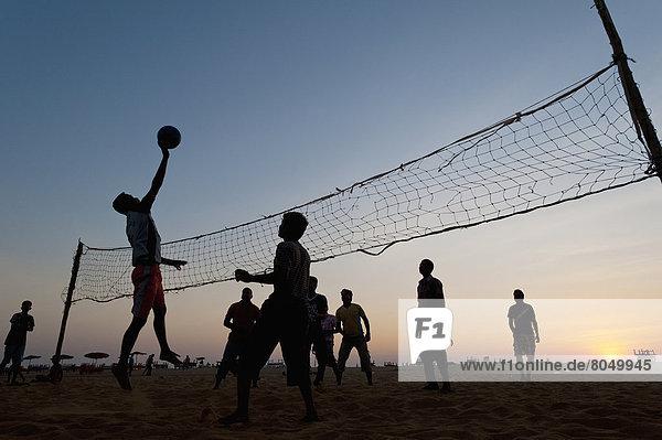 Mann  Spiel  Strand  Volleyball  Abenddämmerung  Goa  Indien