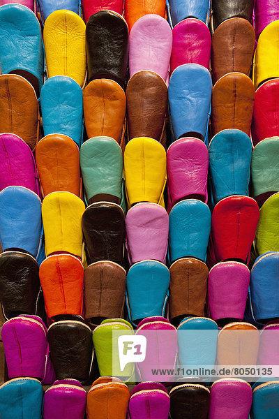Farbaufnahme Farbe Vielfalt Hausschuh verkaufen Souk Marrakesch Marokko