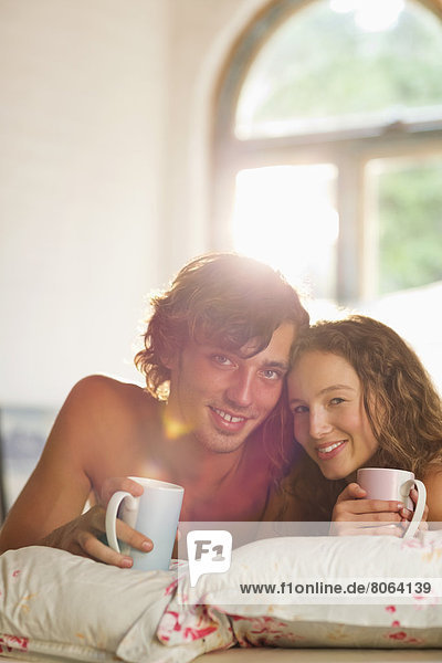 Paar beim gemeinsamen Kaffee im Bett