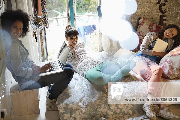 Frauen entspannen sich gemeinsam im Schlafzimmer