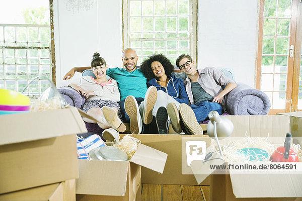 Freunde entspannen sich gemeinsam im neuen Zuhause