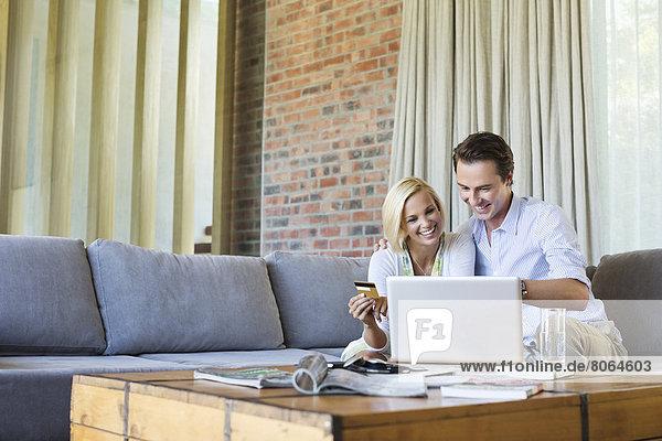 Paare online einkaufen auf dem Sofa