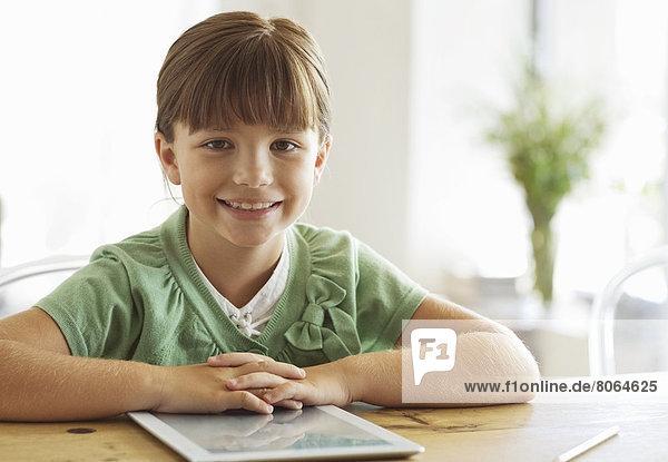 Mädchen lächelt mit Tablet-Computer
