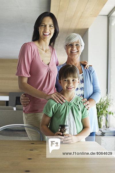 Drei Generationen von Frauen  die zusammen lächeln.