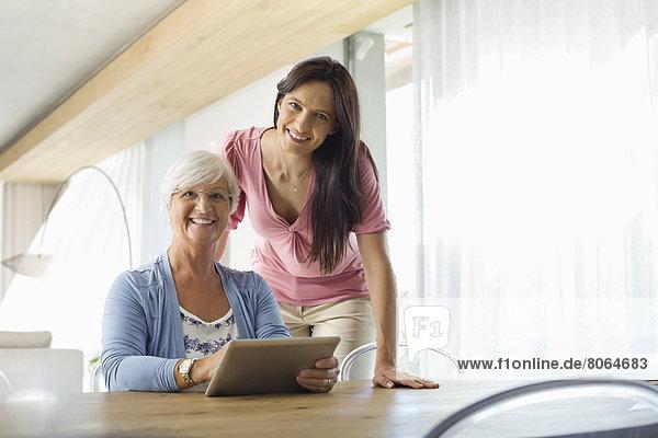 Frauen mit Tablet-Computer am Tisch