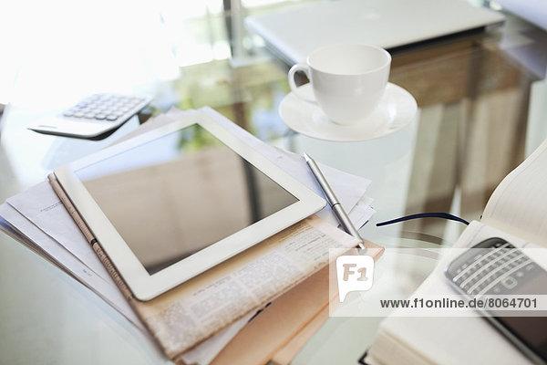 Tablet-PC  Zeitung  Kaffeetasse und Handy auf dem Schreibtisch