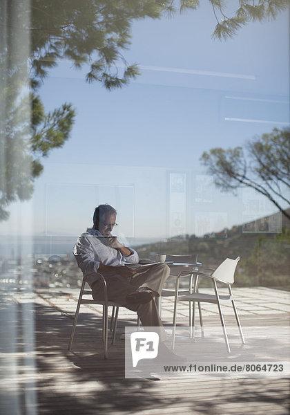 Mann mit Tablet-Computer im Freien