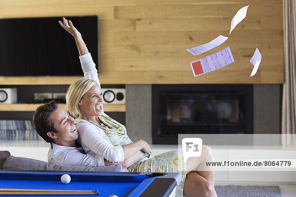 Frau wirft Lottoscheine ins Wohnzimmer