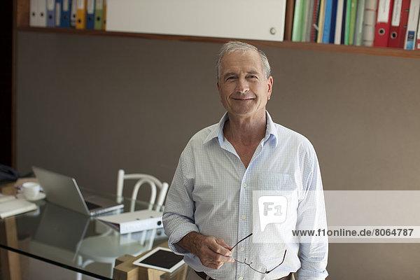 Älterer Mann lächelt im Amt
