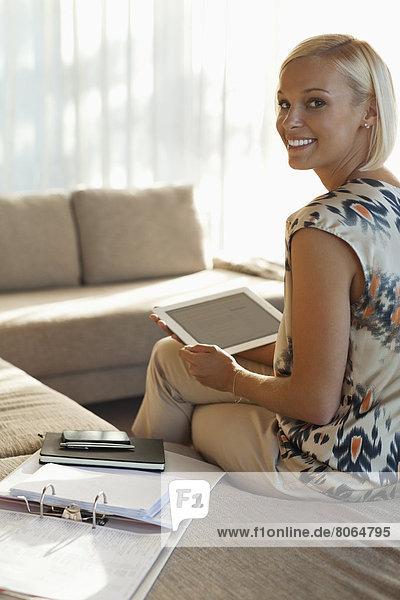 Geschäftsfrau mit Tablet-Computer auf dem Sofa
