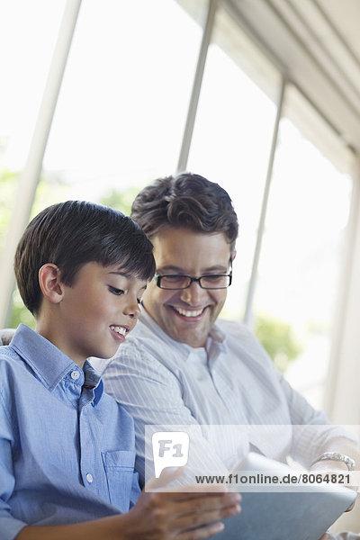 Vater und Sohn mit Tablet-Computer