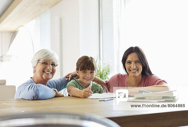 Drei Generationen von Frauen machen Hausaufgaben
