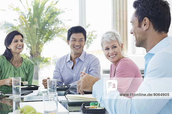 Geschäftsleute lächeln in der Mittagspause