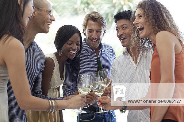 Freunde stoßen sich gegenseitig mit Champagner an.