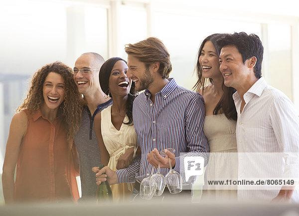 Freunde lachen gemeinsam auf der Party