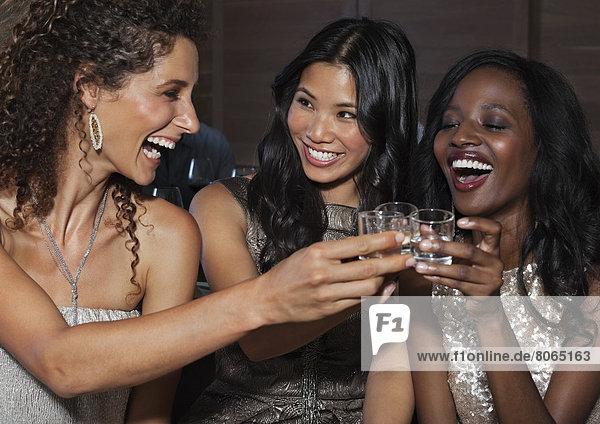 Frauen stoßen sich auf der Party an.
