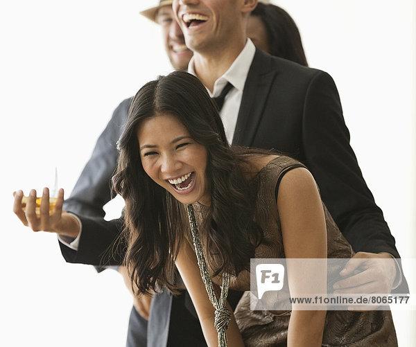 Freunde lachen auf der Party