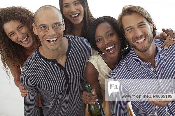 Freunde lächeln gemeinsam auf der Party