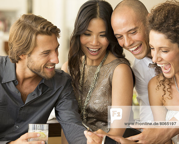 Freunde  die auf der Party Handys benutzen