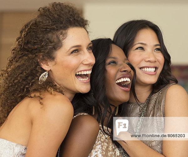 Frauen lächeln gemeinsam auf der Party