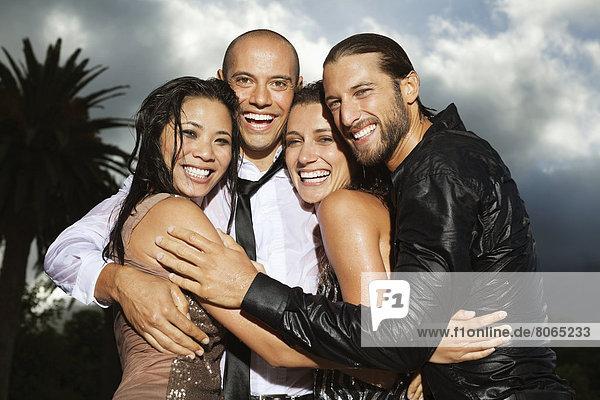 Freunde lächeln gemeinsam im Freien