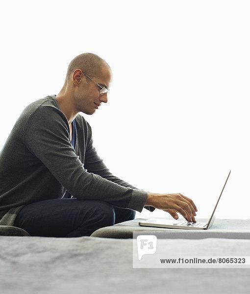 Mann mit Tablet-Computer im Wohnzimmer