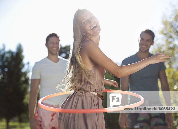 Mädchen Hula Hooping im Freien