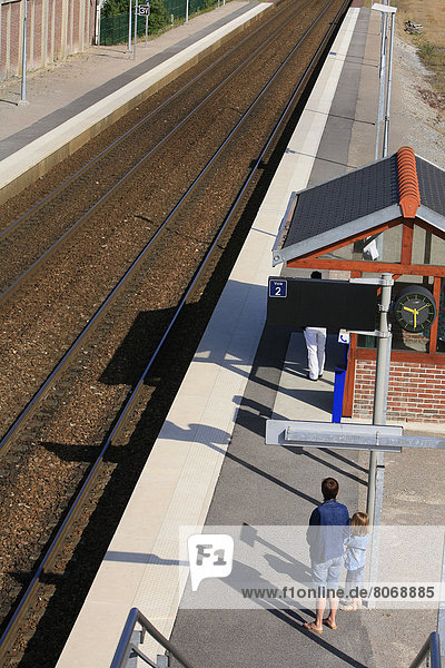 Frau  warten  Plattform  Heiligtum  Tochter  80  Haltestelle  Haltepunkt  Station  Zug