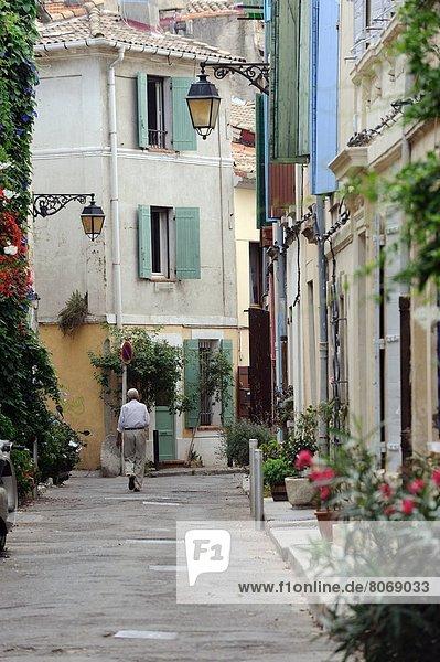 hinter Rucola Landstraße Mann Tradition Wohngebäude Gebäude Straße Fassade Hausfassade Saint Croix Natürlichkeit rot Arles Ortsteil