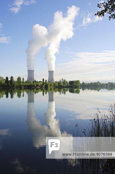 Kraftwerk nahe Kälte Wolke über Tal Spiegelung Großstadt Wasserdampf Fluss Heiligtum Vielfalt Ansicht Entdeckung vorwärts Palast Schloß Schlösser Atomkraftwerk Teich Rhone