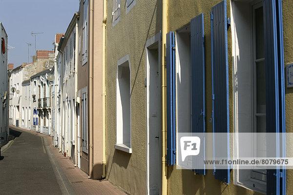 Farbaufnahme  Farbe  Biegung  Biegungen  Kurve  Kurven  gewölbt  Bogen  gebogen  Landstraße  Gebäude  Straße  Tourist  Büro  Jeans  schmal