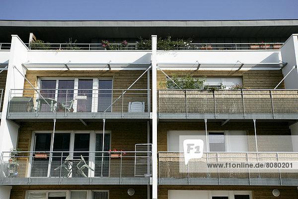 Wohngebäude Gebäude Balkon Architektur Fassade Hausfassade Garten Natürlichkeit Ortsteil Möbel