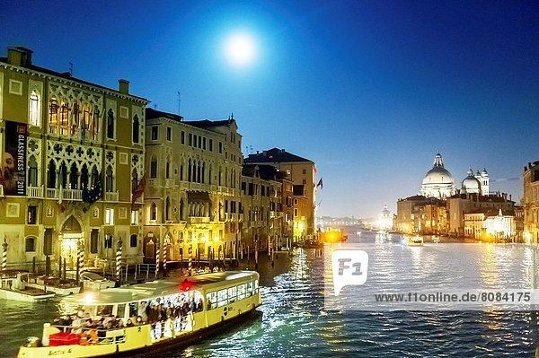 Europa  Nacht  Erde  Ehrfurcht  zuprosten  anstoßen  Vaporetto  UNESCO-Welterbe  Venetien  Erbe  Italien  Venedig
