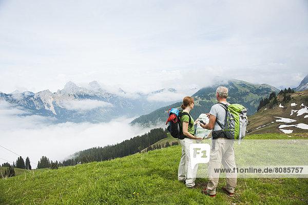 Paar beim Wandern  Neunerköpfle  Allgäuer Alpen  Tannheimer Tal  Tirol  Österreich  Europa