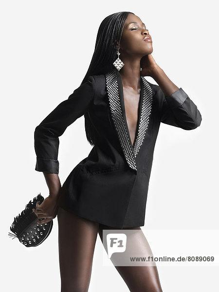 Junge Frau in einem schwarzen Jackett  top-modisch