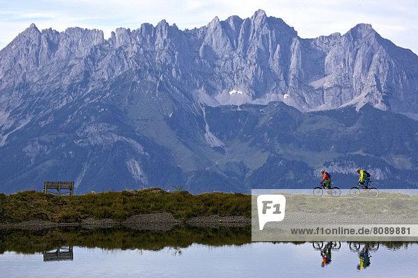 Mountainbikerin und Mountainbiker an Speichersee
