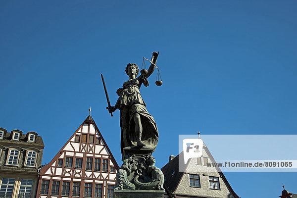 Justitia mit Waagschalen  Justitia-Brunnen  Gerechtigkeitsbrunnen auf dem Römerberg