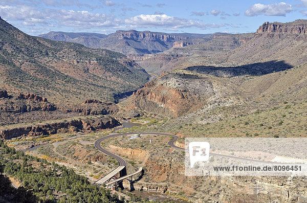Tal des Salt River Canyon mit Highway 60 und Brücken